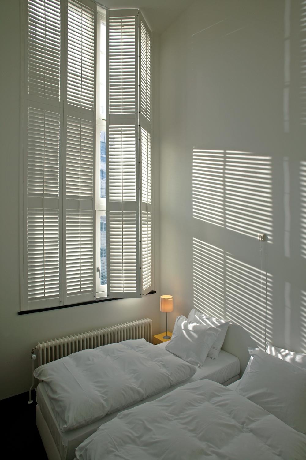 Shutters houten binnenluiken met kantelbare lamellen for Houten decoratie voor raam